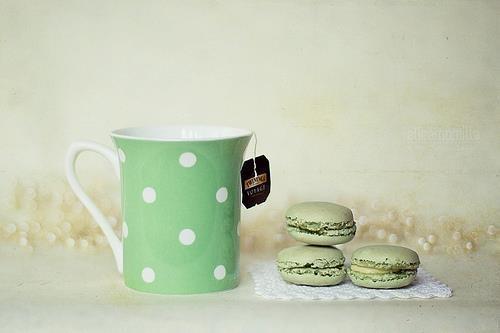 Thé vert et macarons assortis.