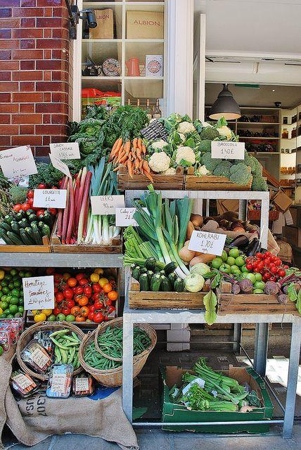 Un beau présentoir de légumes d'automne dans les rues de la perfide Albion.